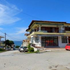Gewerbe Gebäude mit Wohnung eine Fläche von 360 qm auf 3 Etagen in Chalkidike Nea Kallikrateia