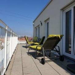 neuwertige 3-Zimmer-Wohnung mit großer Dachterrasse und TG Top