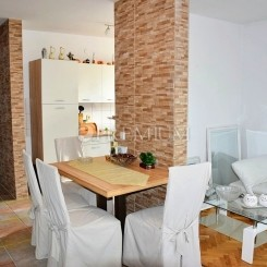 Malinska, zu verkaufen, Wohnung von 57m2 im Erdgeschoss mit sonniger Loggia und Garten!