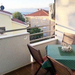 Malinska, zu verkaufen, Wohnung von 68,5 m2 im zweiten Stock mit Loggia und Meerblick! 300 m vom Meer entfernt!