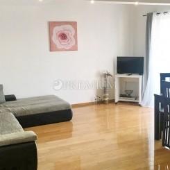 Malinska, zu verkaufen, Wohnung von 69 m2 im Erdgeschoss mit Terrasse und Garten, 300 m vom Meer entfernt!
