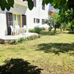 Njivice, zum Verkauf die Wohnung im Erdgeschoss in einem privaten Haus mit einem schönen Garten!