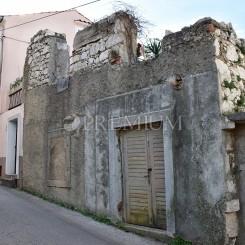 Vrbnik, Verkauf eines alten Steinhauses in einer Reihe mit dem entsprechenden Objekt in guter Lage