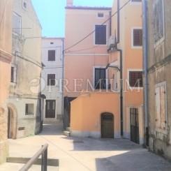 Omisalj, alte Steinhäuser für die Renovierung in dem Zentrum der Stadt zu Verkauf !!