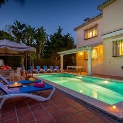 Sehr Shöne und solide Villa in Marbella Ost ,500 mts von las Chapas Strand
